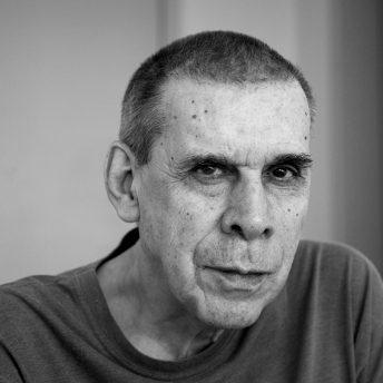 Foto: © BEL PEDROSA. O escritor Sérgio Sant'Anna, em seu apartamento, em Laranjeiras. Rio  de Janeiro. 21/08/2012